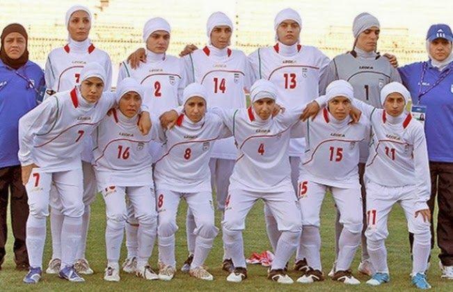 Había 4 hombres en el equipo de fútbol femenino de Irán