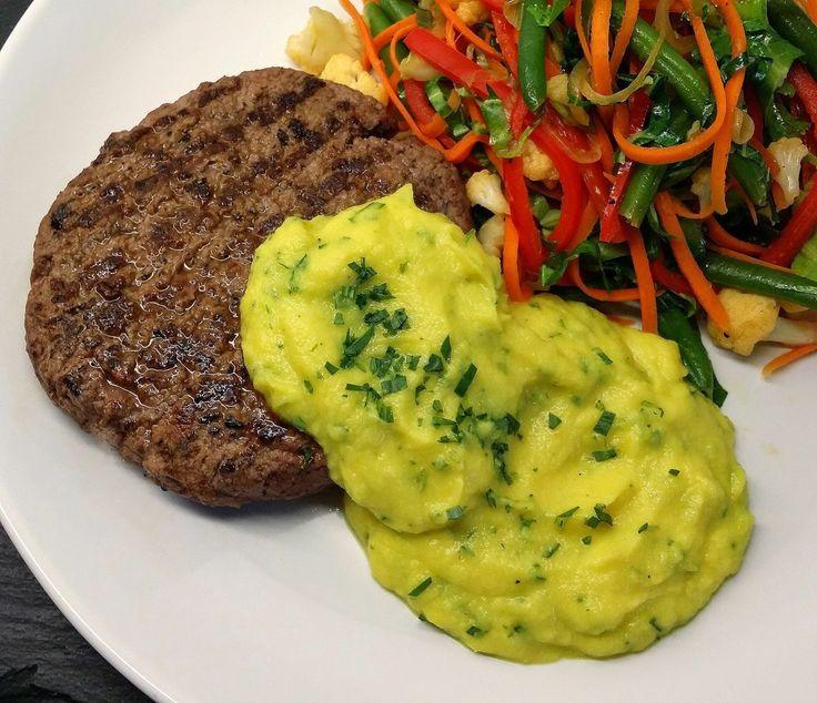 """Blomkåls-bearnaise... Til en portion sauce bruges: 200 g blomkål (50 kcal) 5 g SMØR (37 kcal) 14 g estragoneddike (3 kcal) 3 g frisk estragon (2 kcal) Et nip gurkemeje (""""gratis"""") Salt/peber (""""gratis"""") I alt: 92 kcal."""
