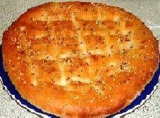 Deze brood is natuurlijk niet hetzelfde als de brood die jij bij een Turkse winkel kopen, maar met de krokant gebakken kummel en sesamzaad erover is dit een...