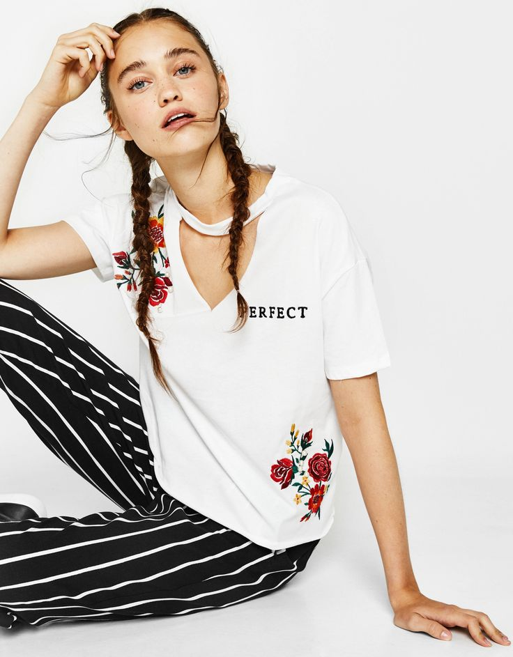 Camiseta choker con bordado y perlas - Camisetas - Bershka España