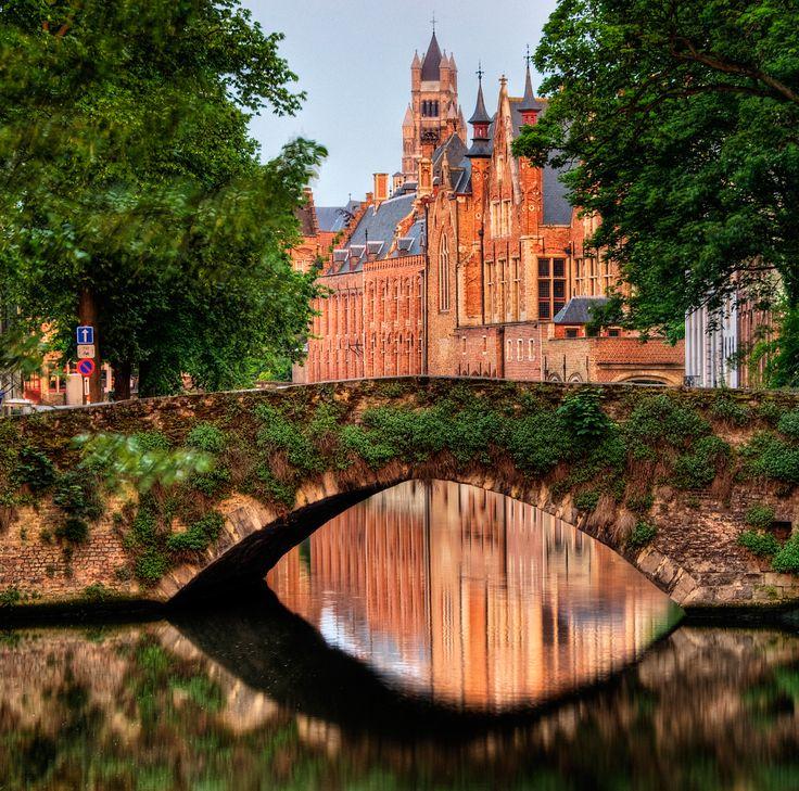 """El Puente de Brujas, Bélgica, es llamado así porque proviene del noruego """"Bryggia"""", cuyo significado es relativo a puentes y atracaderos. ¡Asombroso!    #trip #lovetravel  #puente #happy #adventure #livehappy #lifestyle #amazing"""