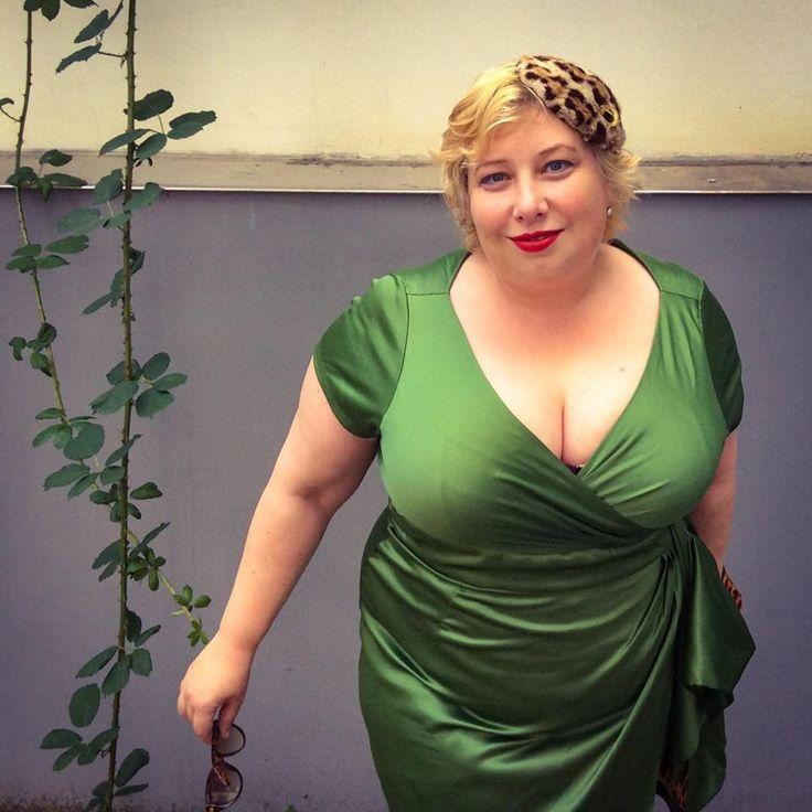 GermanCurves Star Style Dita von Teese   Miss Kittenheel Retro Vintage Pin-Up-Style dress plussize curvy PUG PinUpGirlClothing Ava green satin leopard leo fascinator