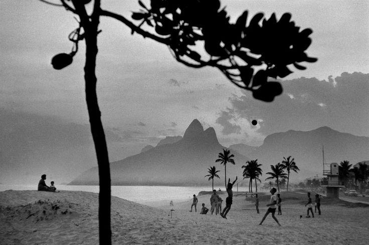 "René Burri: ""Ipanema beach. Rio de Janeiro"". (1958)"