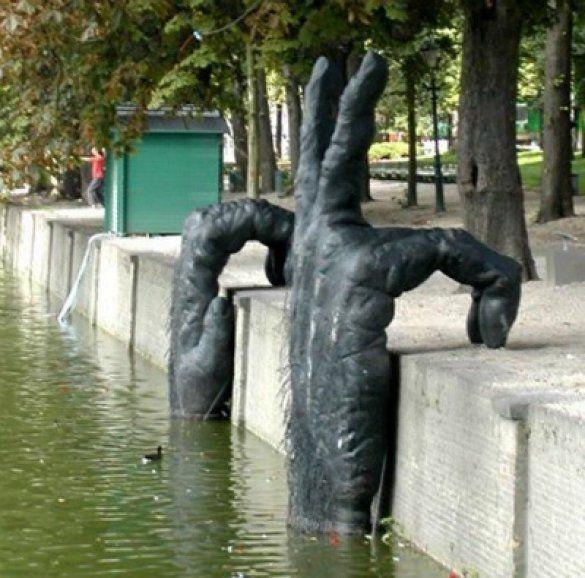 Памятник водному монстру. Гаага