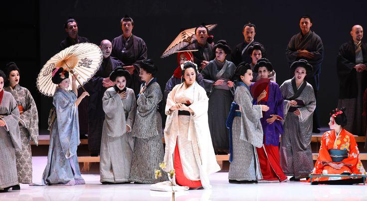 Atto I, in primo piano Yasko Sato (Cio-Cio-San), sullo sfondo  il Coro del Teatro Regio di Parma (foto di Roberto Ricci)