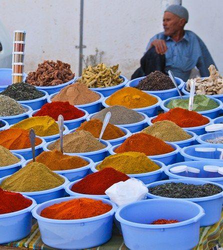 Marchand d'épices marché de Zarziz. Tunisie