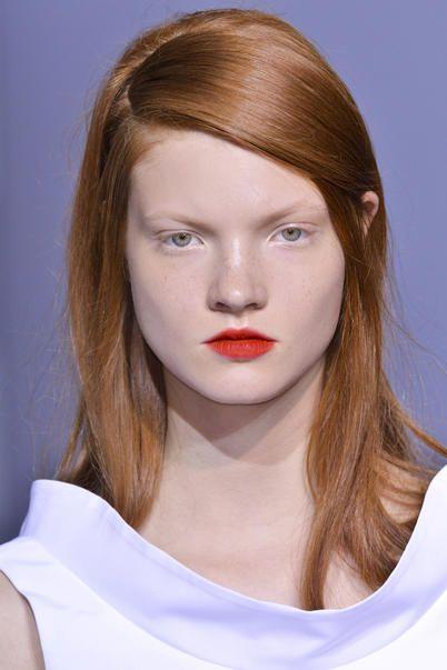 modella con i capelli rosso rame e la riga di lato