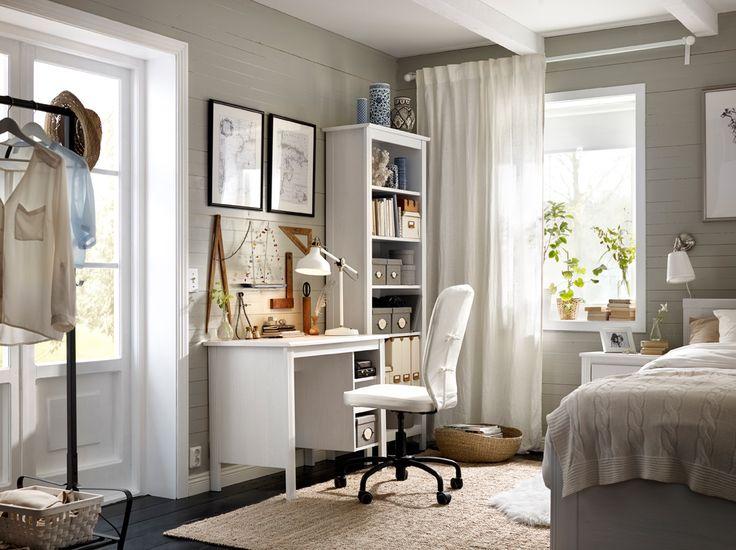 Postazione di lavoro con scrivania e libreria alta in bianco. Sedia girevole con fodera bianca – IKEA