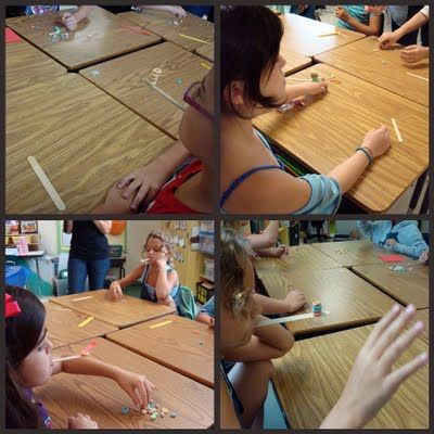 Tasapainolauta. Oppilaalla on suussaan jäätelötikku. Hän asettelee sen toiseen päähän sovitun määrän pöydällä olevia muroja, karkkea, noppia, tavaroita... (suhteellisen tasaisia ja saman muotoisia).