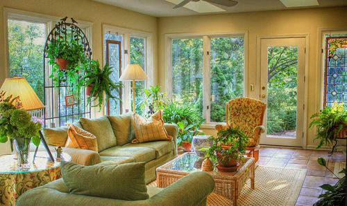 what a pretty, sunny room!