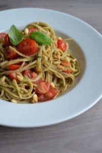 Deze volkoren avocado pasta is overheerlijk en supersnel te bereiden. Een smeuïge groene pastasaus om je vingers bij af te likken! Geschikt voor veganisten.