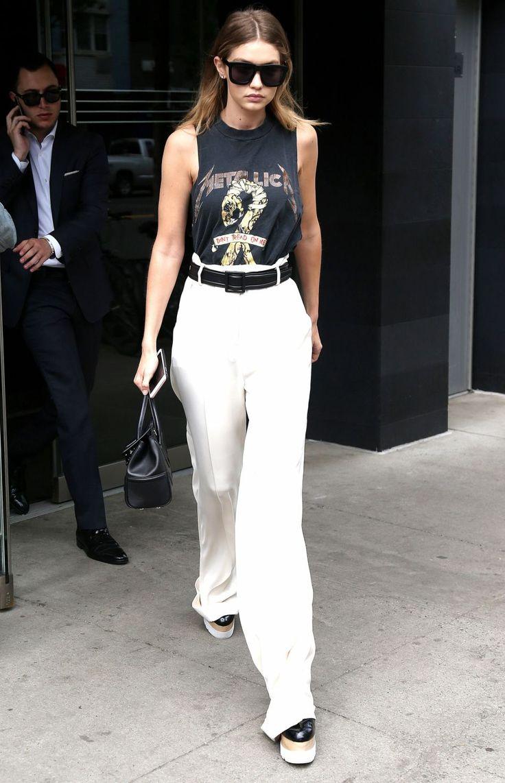 Gigi Hadid est une rockeuse moderne, la preuve avec ce t-shirt Metallica bien porté.