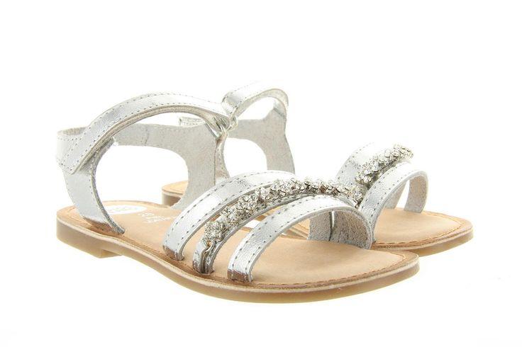 Sandalen Gioseppo Ipsita 31298 zilver zijn luxe zilveren sandalen waarop de swarovski kristallen bovenop de wreef een echte eye catcher zijn.