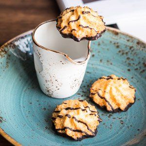 (Kokosmakronen) These German coconut macaroons with a hint of lemon and vanilla are baked on an oblaten wafer base.