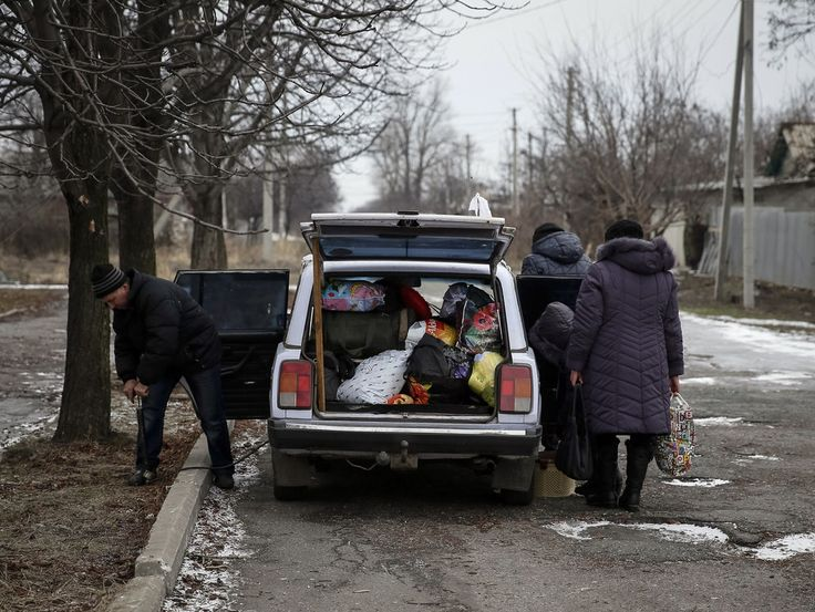 Via Laurent Brayard #Donbass, hiver 2015, les civils fuient la guerre ukrainienne comme ils peuvent