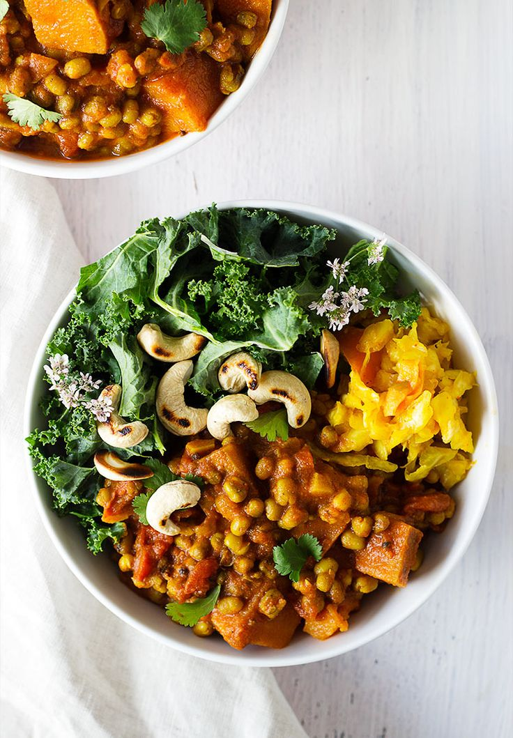 A vegan curry filled with delicious mung beans and sweet potatoes, topped with crunchy cashews and served with kale and fermented vegetables | A nutritious dinner that you'll love!