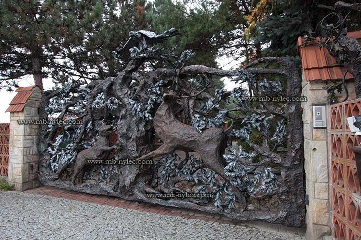 Masywna kuta brama  z drzewem