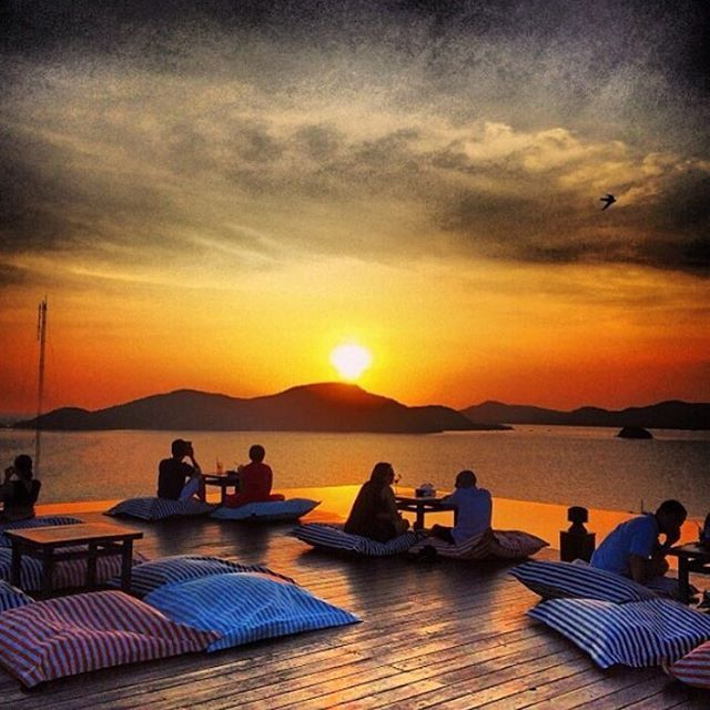 タイ随一のビーチリゾートであるプーケットで最近話題なのが、ホテルの屋上を利用したスカイバー(またはルーフトップバーとも呼ばれます)です。首都のバンコクは高層階のスカイバーが多いですが、プーケットではゆったりとしたロマンティックなバーが多いです。特に人気のスカイバーを5つご紹介します。