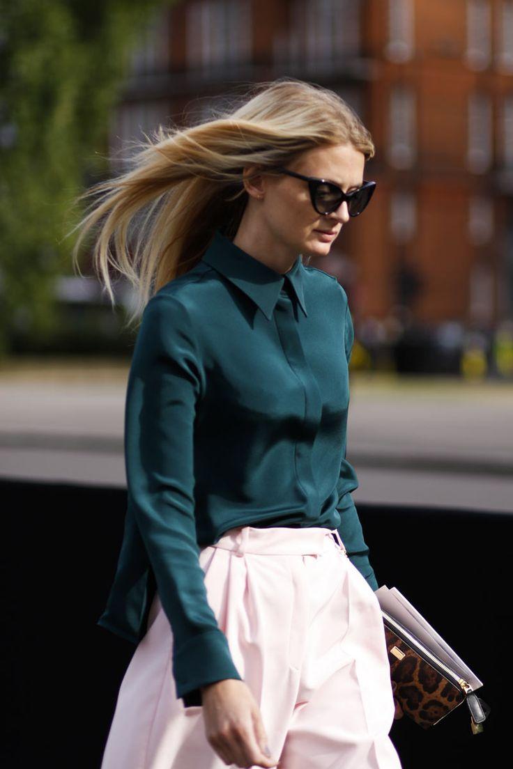 Las blusas de seda con cortes impecables hace tiempo que dejaron de ser una prenda trasnochada para convertirse en el hit más elegante del armario femenino.  Street Style London Fashion Week primavera verano 2013