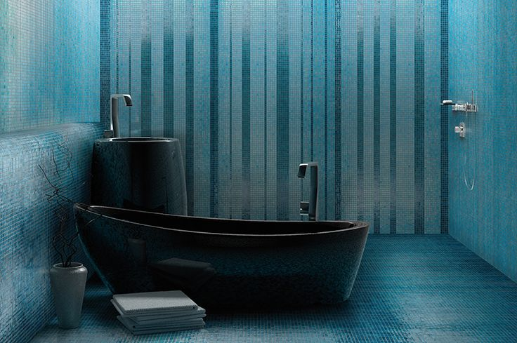 Rivestimento bagno realizzato utilizzando il mosaico ceramico in pasta di vetro della nostra collezione Ghiaccio azzurro e verde petrolio #ceramic #mosaic #tiles #oilgreen #lightblue