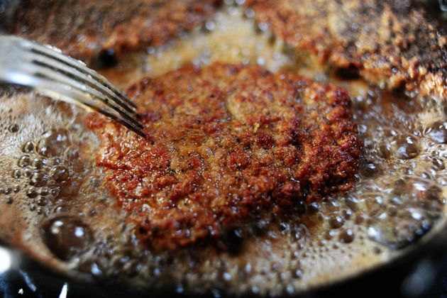 Fried Round Steak by The Pioneer Woman - super easy & fast! UPDATE: I made this with Venison round steak...it was really good (& I will definitely do it again) but I just wish it a was a tad bit crispier. 8/31/2015