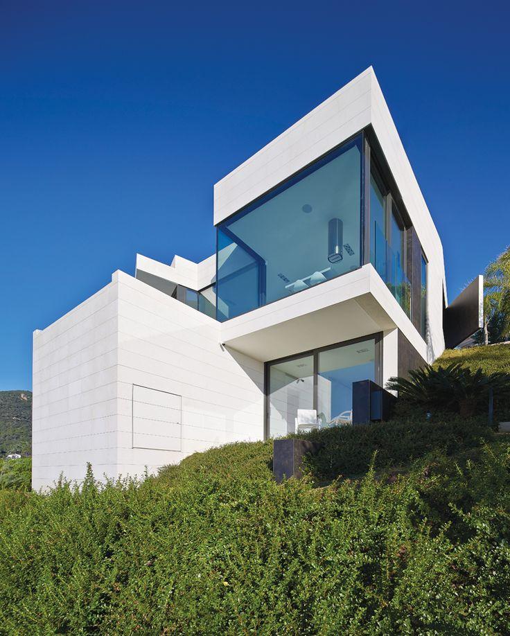 Проектное бюро Anna Podio Arquitectura работало над современным домом в прибрежном районе муниципалитета Санта-Кристина-де-Аро в Испании. По замыслу владельцев, этот дом на побережье должен был максимально гармонично вписаться в пейзаж и стать идеальным местом для семейного отдыха на уик-энд. Архитектора Анну Подио можно назвать в некоторым смысле специалистом по такого рода проектам – ее портфолио богато на проекты загородных резиденций и вилл на побережье в разных частях света. Во всем…