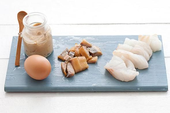 Om deze gezonde visburger te maken (4 grote of 8 kleintjes) heb je het volgende nodig:  Ingrediënten voor 4 personen 1.    500 g gefileerde witte visfilet (kabeljauw, koolvis, schelvis, etc.) 2.    100 g broodkruim 3.    2 eieren 4.    15 g milde mosterd 5.    15 g boter 6.    zout en peper  Voor de dressing 1.    150 g Griekse yoghurt 2.    30 g mayonaise 3.    45 g fijngesneden verse bieslook 4.    8 zilveruitjes, versnipperd