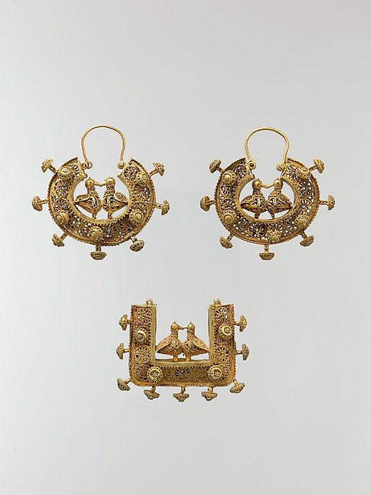 Gold pendant and earrings set. Iran 11th-12th century. The Metropolitan Museum of Art.