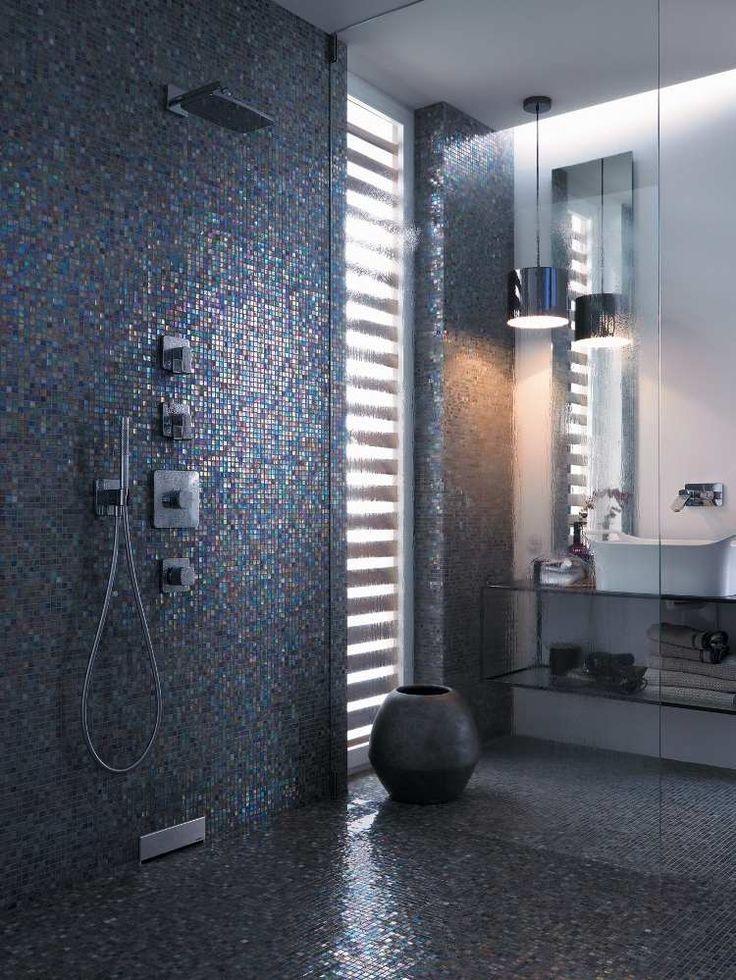 paroi de douche vitrée, mosaïque sombre et suspension moderne