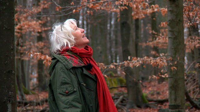 """LIVING WITHOUT MONEY"" – documentary, 52 minutes, directed by Line Halvorsen www.livingwithoutmoney.org www.livingbigonless.com Is it possible to feel rich without possessions? Does money define who we are and how much we are worth? In the documentary ""Living Without Money"", we meet the German woman Heidemarie Schwermer (68) who made a deliberate choice to live without money 14 years ago."