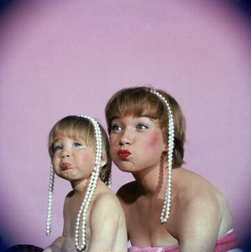 Shirley MacLaine and daughter Sachi Parker pose with pearl necklaces in 1959
