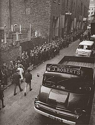 Matthew Street, Liverpool. Circa 1962. Near the entrance of the Cavern Club - Twitter / Recent images by @frankblackhal