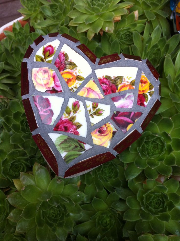 Small floral vintage rose china garden mosaic heart made by me, Fickle Nellie. Available now online at www.etsy/shop/ficklenellie