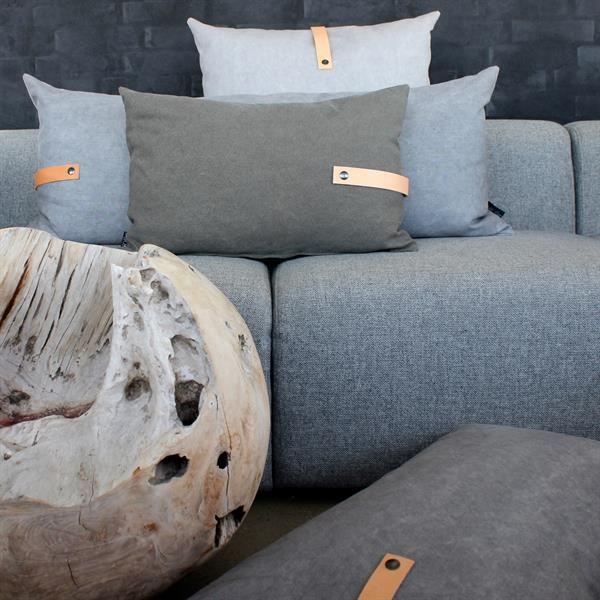 Stoere kussens voor in de herfst en winter op je bank. Deze Deense Louise Smaerup weet wel wat stoer en stijlvol is. Zij is de ontwerpster van deze toffe stoere kussens van canvas.