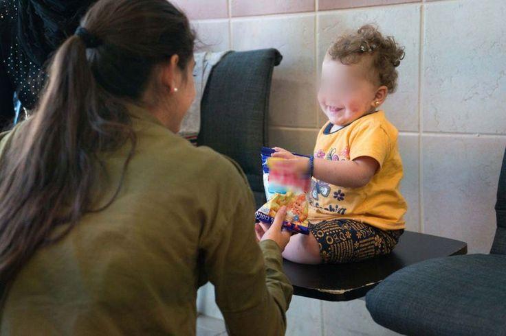 Une soldate israélienne avec un enfant syrien en Israël, dans le cadre de l'opération Bon voisin d'aide humanitaire aux Syriens touchés par la guerre civile. Photographie non datée, publiée le 19 juillet 2017. (Crédit : unité des porte-paroles de Tsahal)