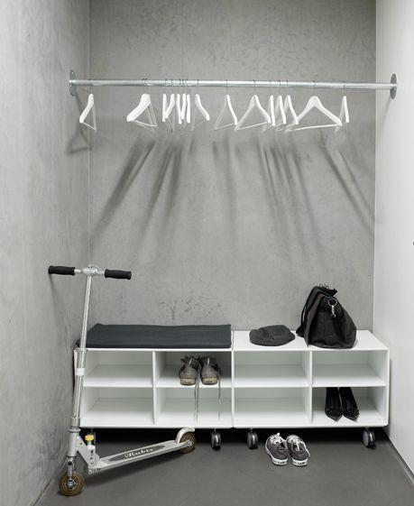 Garderobe met verrijdbare schoenentrolley. Quadrant by ABC-Reoler