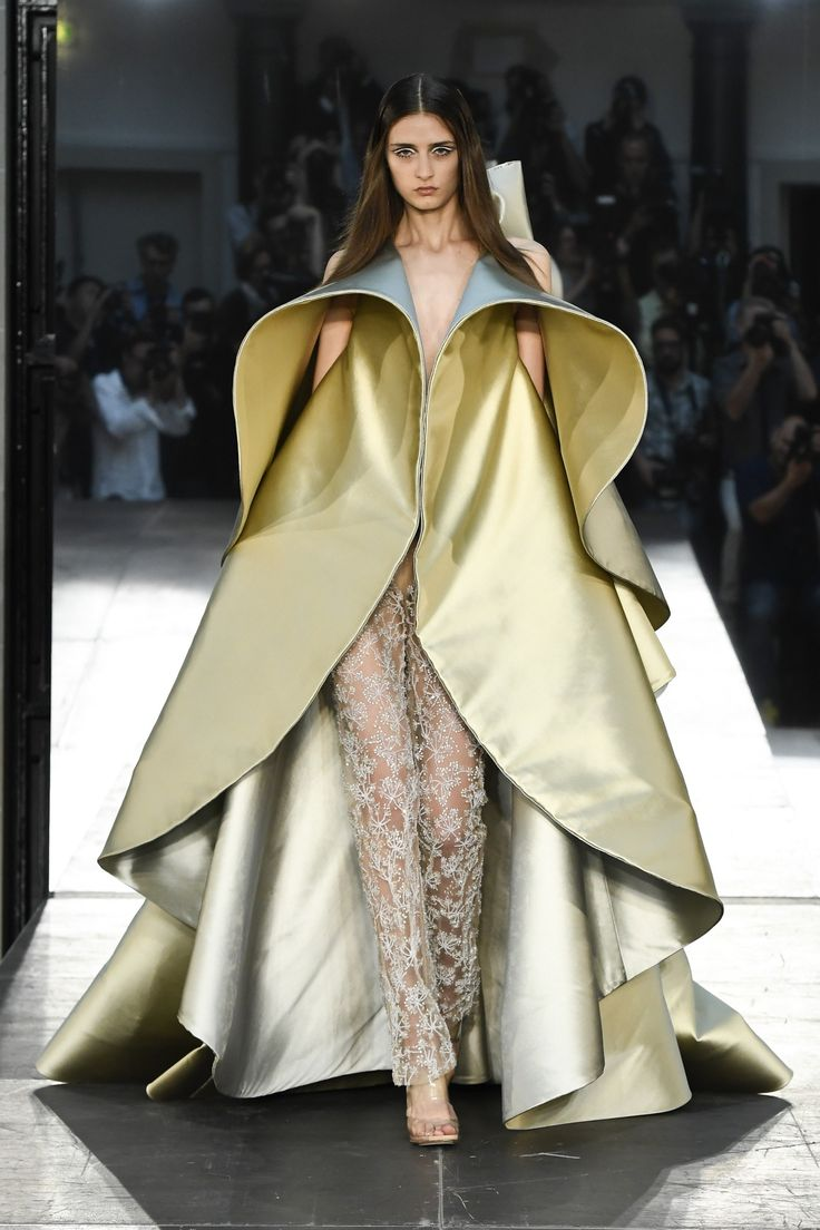 See the complete Alexis Mabille Fall 2016 Couture collection.