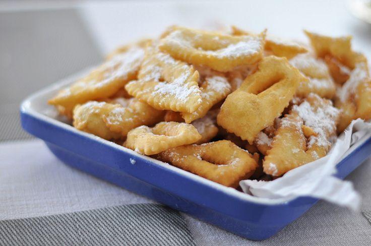 C'est mardi gras, et la tradition veut que l'on fasse des beignets de Carnaval ! Certains les appellent beignets, bugnes ou encore oreillettes… Ce sont des beignets très facile à faire, parfumés souvent au zeste de citron ou d'orange, et saupoudrés de sucre glace. Ils feront le régal des petits et des grands, alors, à tester cette semaine, la recette de beignets de ma maman ;-)