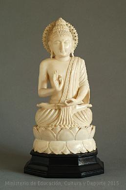 Figura de Buda sobre un pedestal con forma de flor de loto en actitud de meditación. India, siglo XIX. CE19154