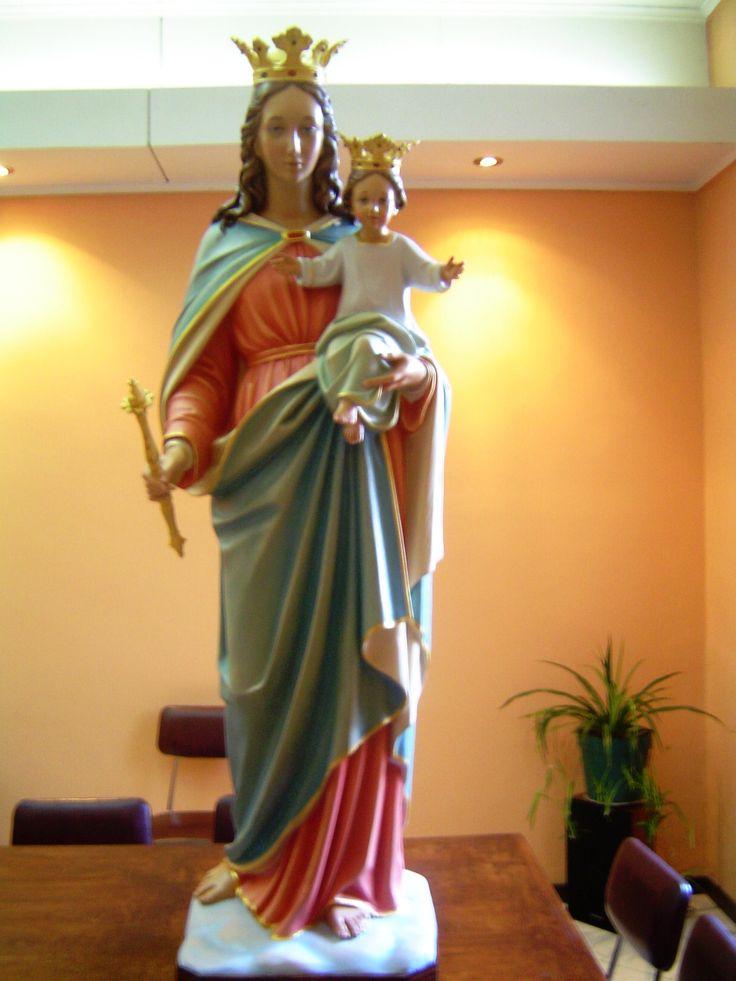 Imagen tallada en madera y policromada, representa a María Auxiliadora lugar: Instituto Sagrada Familia.