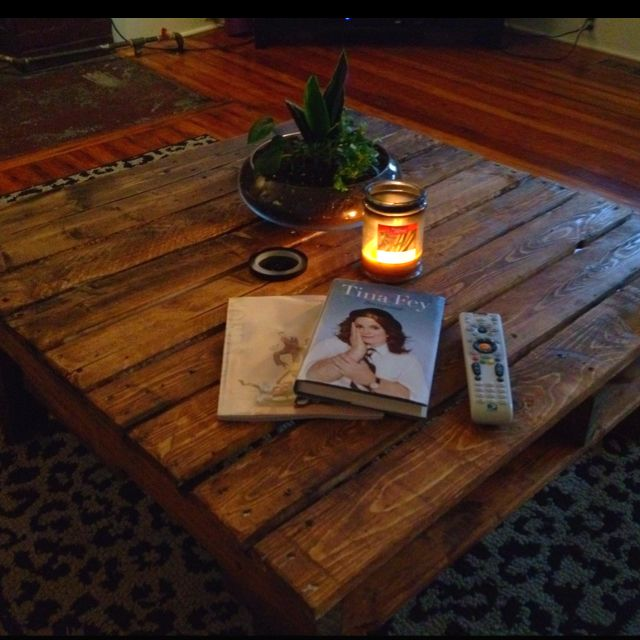 This pallet coffee table- for $5!: Decor, Pallets Coffee Tables, Pallets Diy, Mothers Day, Things Crafts, Outdoor Crafts, Diy Crafts, Memorial Tables, Pallet Coffee Tables