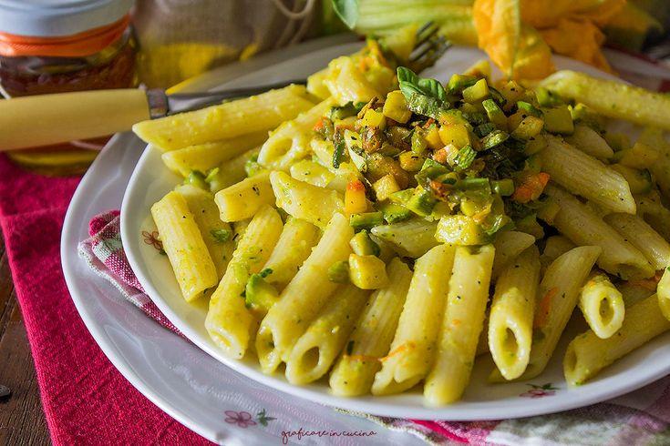 Pasta cremosa con fiori di zucca, zucchine e zafferano
