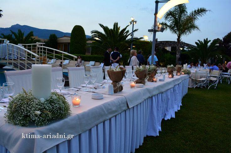 Καλοκαιρινός γάμος στη Βαρυμπόμπη στο κτήμα Αριάδνη. Το γαμήλιο τραπέζι διακοσμημένο με πουγκιά φρέσκων λουλουδιών.