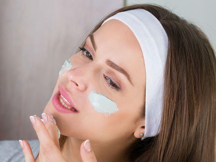 Bien dicen que nada es igual a los veintitantos que a los treintaitantos, y no. Por ello es indispensable cambiar tus hábitos de belleza; tu cuerpo ya no es el mismo y necesita otro tipo de cuidados.ProtectorSin importar si el día está soleado o nublado, no olvides proteger tu piel de los efectos negativos de los rayos ultravioleta. Busca uno con factor de protección solar 30 o 50. Prevendrás el cáncer de piel y la aparición de manchas y arrugas prematuras.Mascarillas
