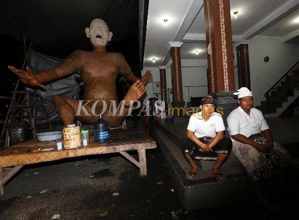 Seorang warga sedang membuat ogoh-ogoh di Banjar Titih, Denpasar, Bali, Sabtu (16/3/2014). Ogoh-ogoh sebagai representasi Bhuta Kala, dibuat menjelang Hari Raya Nyepi dan akan diarak beramai-ramai keliling desa pada senja hari Pangrupukan, sehari sebelum hari raya.
