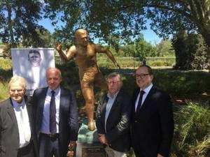 Τίμησαν τον Πούσκας στην Αυστραλία (pics)   Ο καλπάζων συνταγματάρχης δεν λησμονιέται και χτες στη Μελβούρνη στήθηκε ένα άγαλμα του παρουσία και ανθρώπων του Παναθηναϊκού.  from ΤΕΛΕΥΤΑΙΑ ΝΕΑ - Leoforos.gr http://ift.tt/2kcvMev ΤΕΛΕΥΤΑΙΑ ΝΕΑ - Leoforos.gr