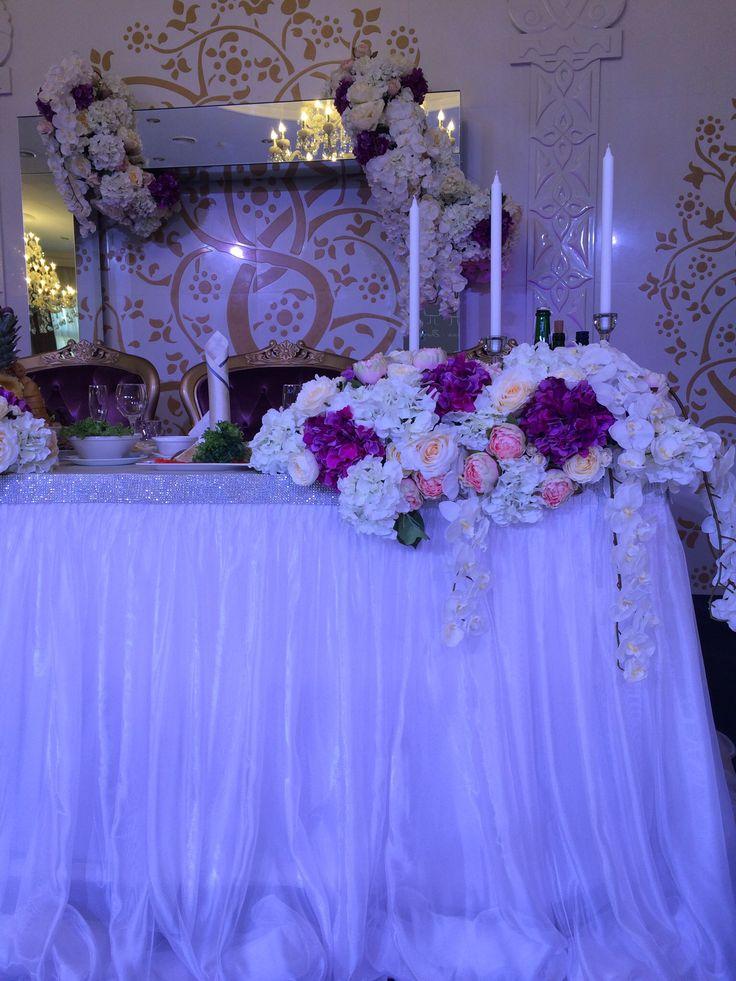 Детали стола жениха и невесты. Цветочная композиция с подсвечниками из стекла.
