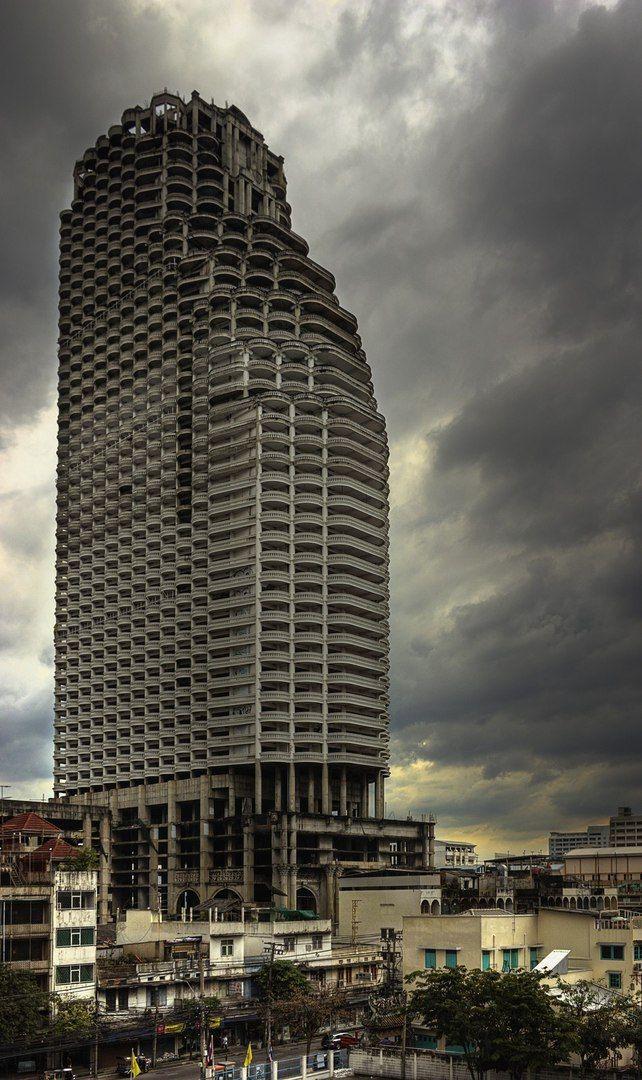 Заброшенный небоскрёб Саторн Юник. Бангкок. Таиланд.   В начале 1990-х годов Таиланд переживал крупнейший экономический подъем в своей истории. В это время изобилия Бангкок начал демонстрировать свою стабильность, строя высотные здания. Но во время азиатского финансового кризиса экономический успех Таиланда прекратился. Из-за этого почти законченное строительство уникального небоскреба остановилось. Сейчас судьба Саторна остается неопределенной, поскольку его ремонт будет стоить больше, чем…