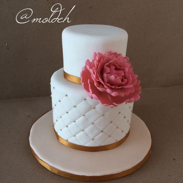 Pastel blanco y dorado en dos pisos con peonia en rosa // White and gold cake with pink peony