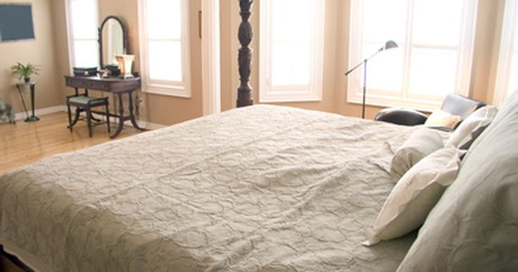 Cómo diseñar un cuarto principal con walk-in closet. Un dormitorio principal suele ser el dormitorio más grande en la casa, a menudo con un baño privado. Los planos modernos han ampliado el dormitorio en una suite, con walk-in closets para él y para ella, una sala de estar con un mini-refrigerador y barra de café, un balcón o terraza e incluso cuartos de baño para él y para ella dentro de la suite. ...